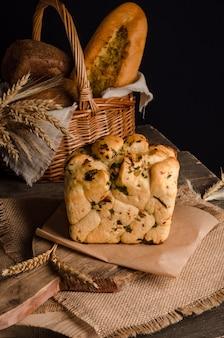 Mooi brood van wit brood met gekrulde bovenkant op houten achtergrond