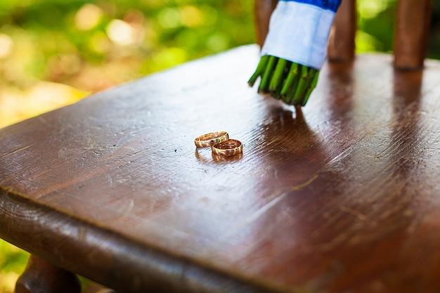 Mooi bruidsboeket en ringen, staande op een stoel