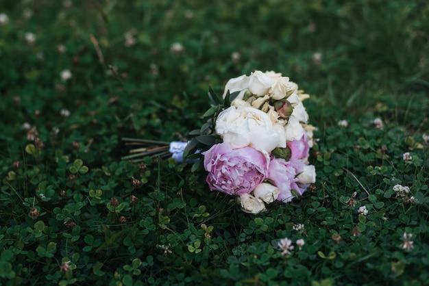 Mooi bruidsboeket met witte rozen en roze pioenrozen