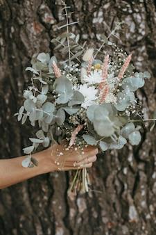 Mooi bruidsmeisje met een bloemenboeket