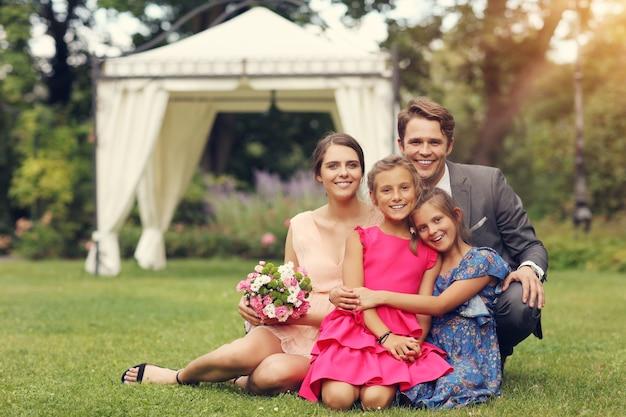 Mooi bruidspaar genieten van bruiloft