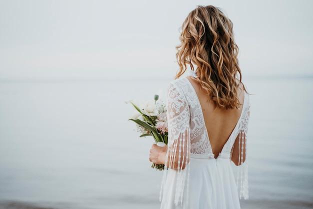Mooi bruidsportret op het strand