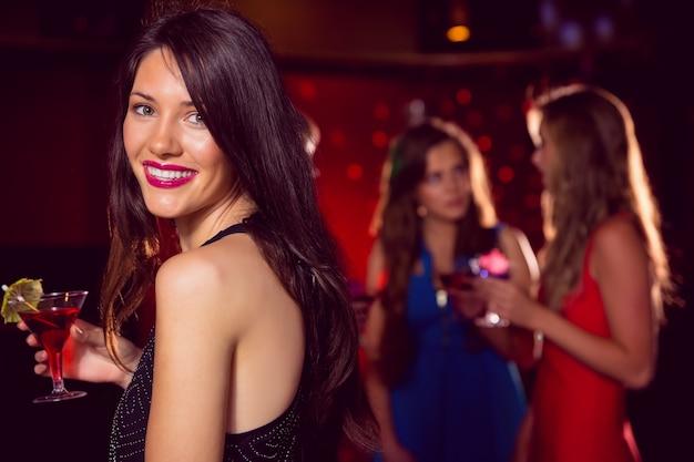 Mooi brunette die een cocktail hebben