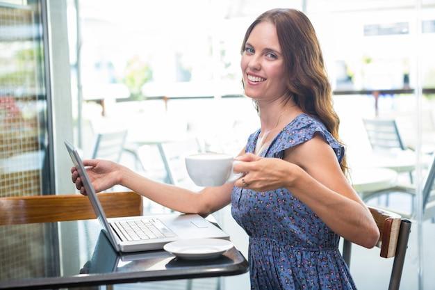 Mooi brunette gebruikend haar laptop