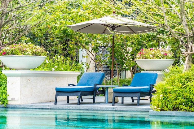Mooi buitenzwembad in hotel en resort met stoel en dek voor vakantie