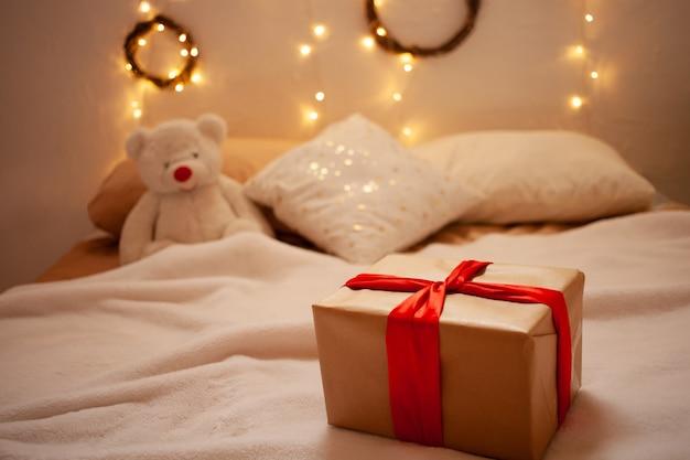 Mooi cadeau aan de zijkant en een speelgoedbeer. thuisbezorgingsgeschenk.