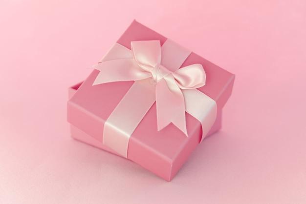 Mooi cadeau met strik staande op blauwe achtergrond geschenkverpakking concept