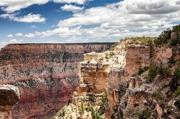 Mooi canionlandschap, rode rotsen, blauwe zonnige hemel