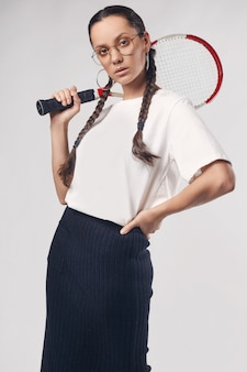 Mooi charmant spaans meisje in wit t-shirt met tennisracket