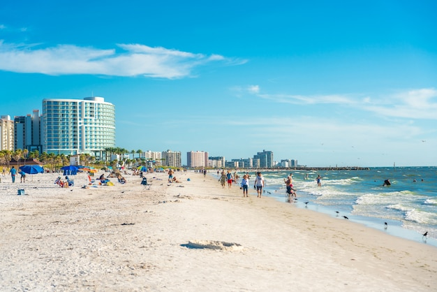 Mooi clearwater-strand met wit zand in florida de vs