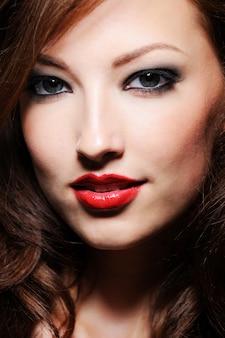 Mooi close-upportret van kaukasische vrouw met perfecte huid