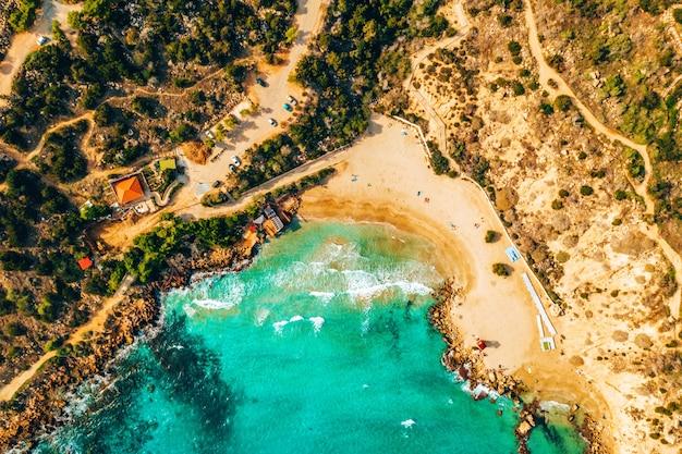 Mooi cyprus, konnos-baai in het natuurpark van kaap greko,