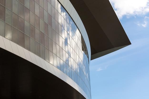 Mooi dak met ramen van een groot gebouw