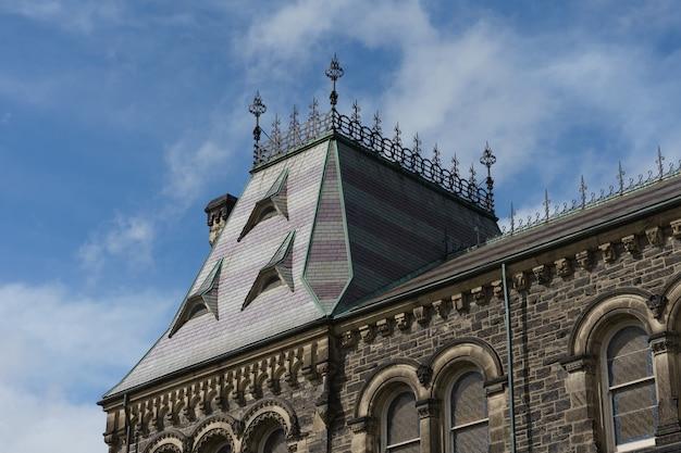 Mooi dak van een gebouw en een blauwe lucht