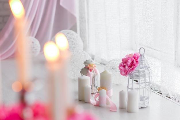 Mooi decor van wit en roze. pioenrozen en brandende kaarsen