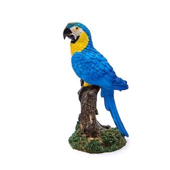 Mooi decoratief keramisch beeldje van blauw met gele ara papegaai, isoleren op witte achtergrond