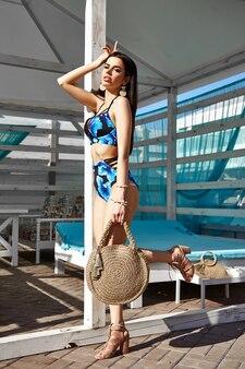 Mooi donkerbruin meisje in een zwempak