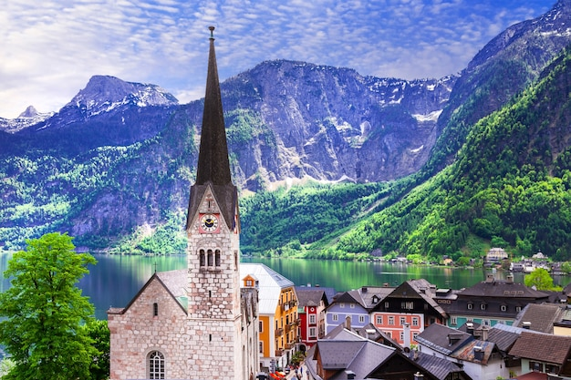 Mooi dorp aan het meer in oostenrijk, omgeven door bergen van de alpen