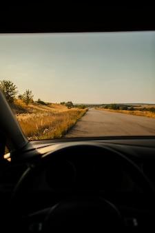 Mooi eenzaam uitzicht op de weg vanaf de bestuurdersstoel