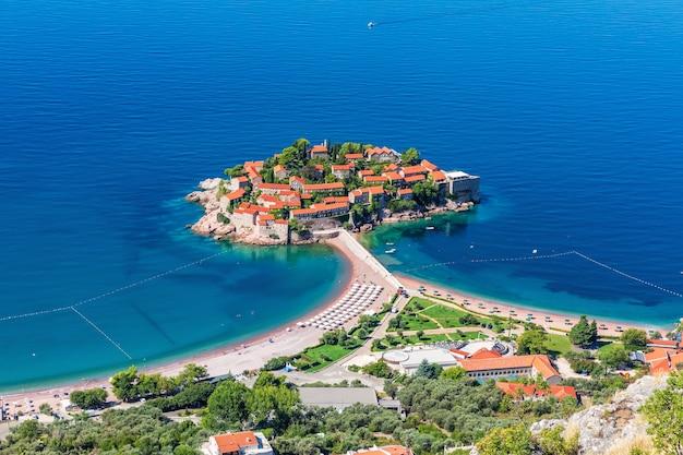 Mooi eilandje sveti stefan in de buurt van budva, montenegro