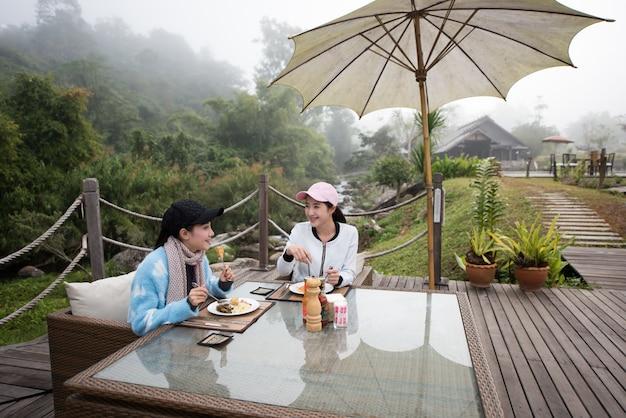 Mooi elegant op het terras van het natuurhotel in het restaurant van het resort
