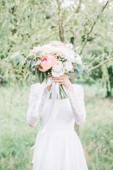 Mooi en delicaat huwelijksboeket in bruidhanden