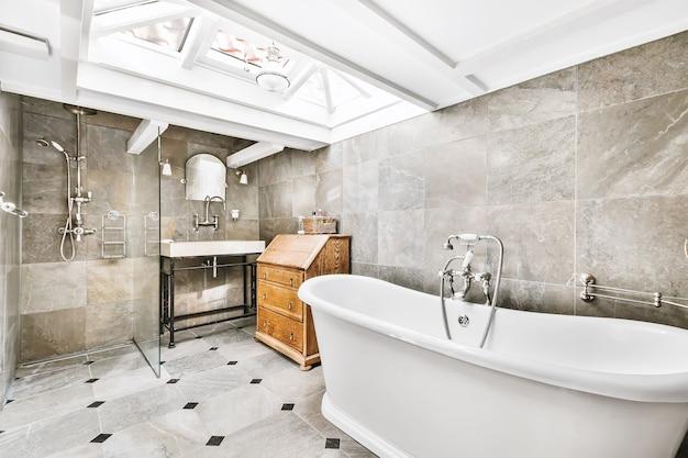 Mooi en elegant badkamerinterieur