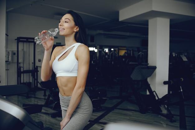 Mooi en elegant meisje dat zich in een gymnastiek bevindt