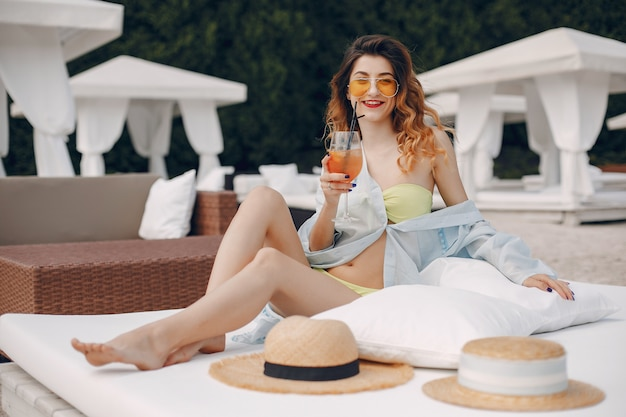 Mooi en elegant meisje op een resort