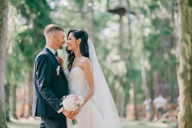 Mooi en gelukkig bruidspaar knuffelen op aard