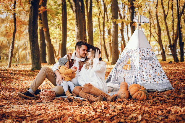 Mooi en stijlvol gezin in een park