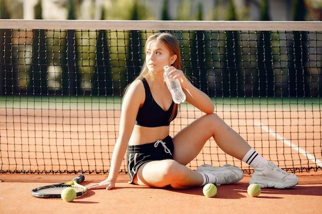 Mooi en stijlvol meisje op de tennisbaan