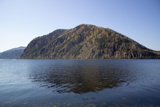 Mooi en vredig stuwmeer in de bergen van siberië, rusland