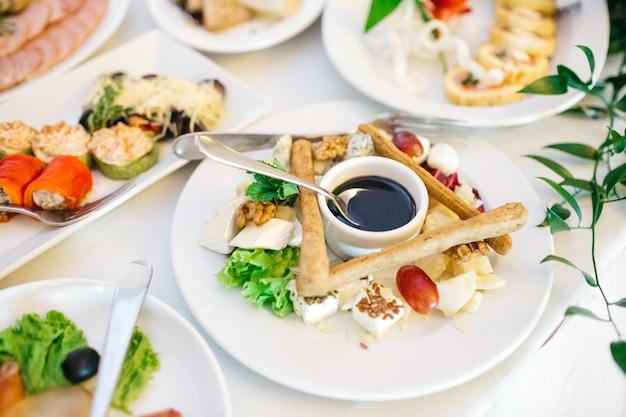 Mooi eten in het restaurant op de trouwdag