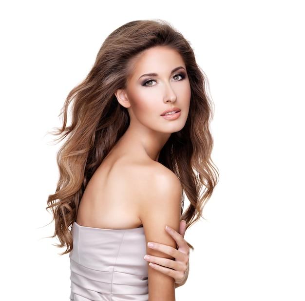 Mooi fasionmodel met schitterend lang haar en make-up poseren