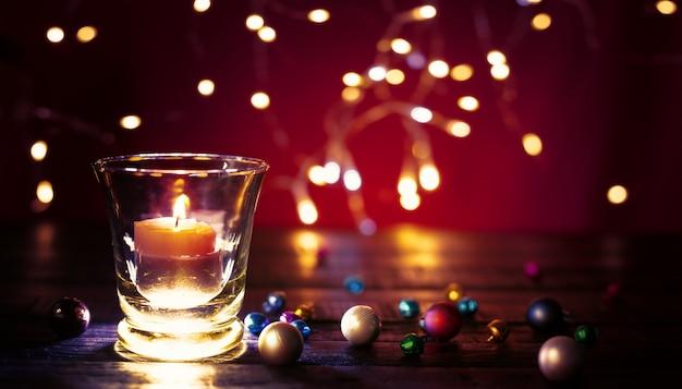Mooi feestelijk kaarslicht. vrolijke het conceptenachtergrond van kerstmis.