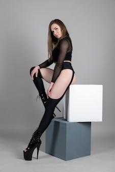 Mooi flexibel meisje paaldanseres op hoge hakken poseren in studio