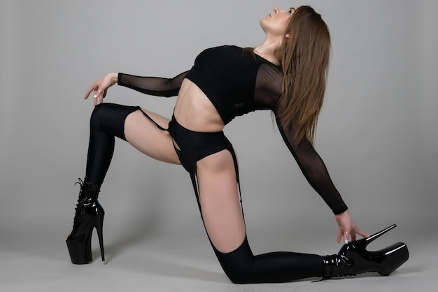 Mooi flexibel meisje paaldanseres op hoge hakken poseren