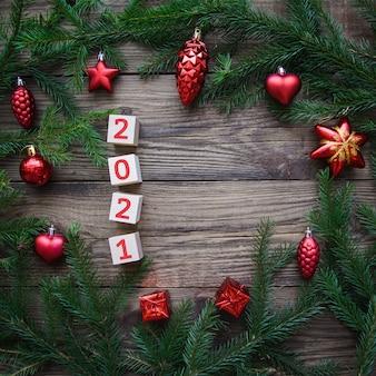 Mooi frame van kerstboomtakken met speelgoed, 2021
