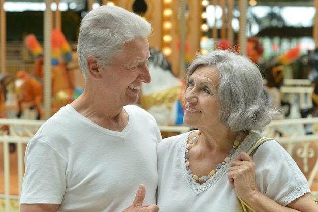 Mooi gelukkig bejaarde echtpaar in winkelcentrum
