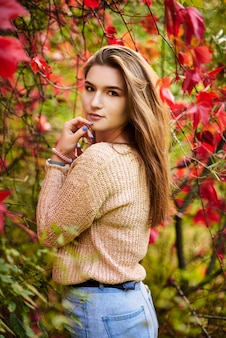 Mooi gelukkig lachend meisje met lang haar, poseren in herfst straat. sluit omhoog openluchtportret. vrouwelijke mode-concept.
