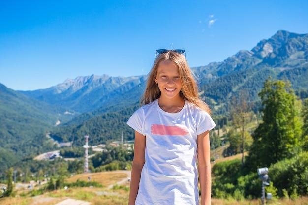 Mooi gelukkig meisje in bergen