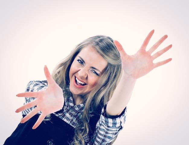 Mooi gelukkig meisje met open handpalmen die zich voordeed op de camera