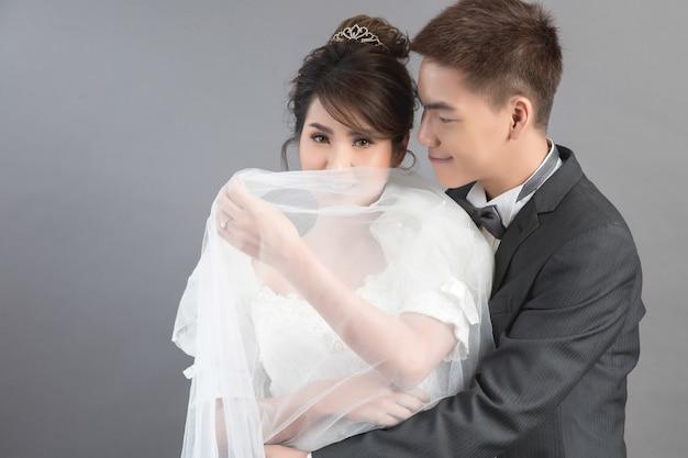Mooi gelukkig paar in huwelijk in studio