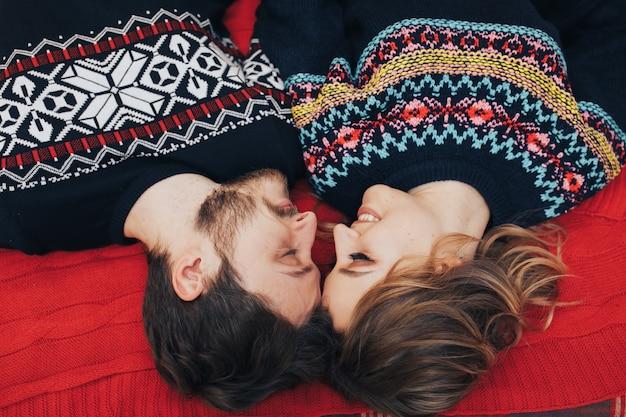 Mooi gelukkig paar op studio die modieuze de winterkleren draagt