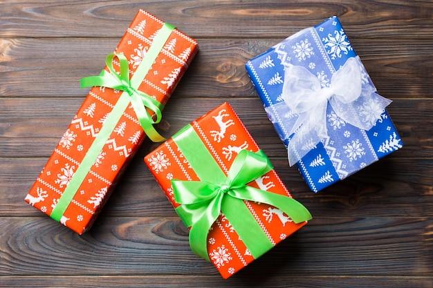Mooi geschenkdoos met een gebogen boog op de donkere houten tafel. bovenaanzicht met kopie ruimte die u ontwerpt. kerst concept