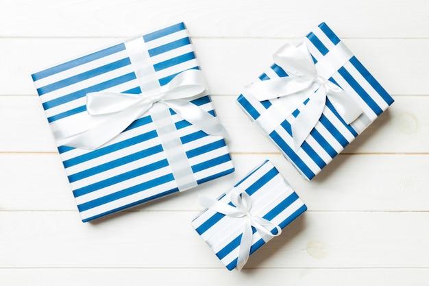 Mooi geschenkdoos met een gekleurde strik op de witte houten tafel