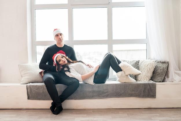 Mooi getrouwd stel poseren op de bank in de studio