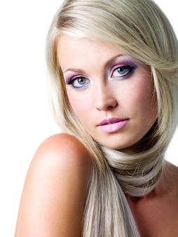 Mooi gezicht met verzadigde kleuren make-up en steil lang haar