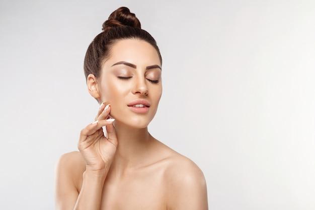 Mooi gezicht. mooie vrouw met natuurlijke make-up. close-upportret van modelmeisje met gezonde vlotte gezichtshuid. hoge resolutie
